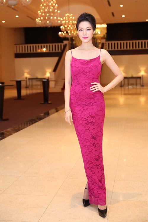 Hoa hậu Thuỳ Dung khoe dáng nuột nà trong bộ váy ren đơn giản có tông màu hồng tím ngọt ngào của nhà thiết kế Adrian Anh Tuấn.