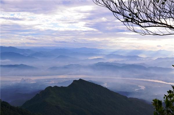 Bức ảnh được chụp từ trên đỉnh Vua của Vườn quốc gia Ba Vì. (Ảnh: Internet)