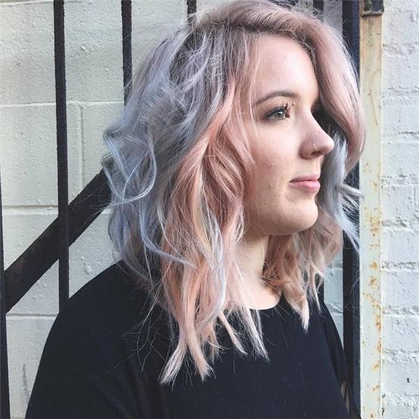 Tùy theo độ sáng mà tóc có thể ánh sang màu xanh xám và màu hồng đất. (Ảnh: Emily Farley)