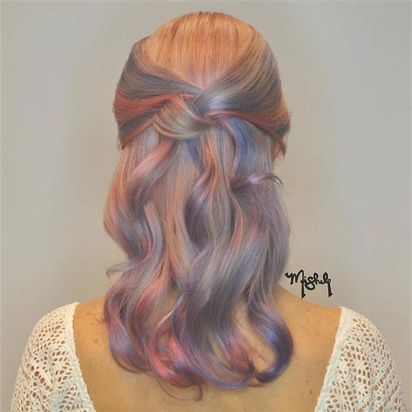 Màu tóc vàng bạch kim kết hợp highlight hồng thạch anh và xanh da trời trông như cây kẹo bông ngọt ngào khó cưỡng. (Ảnh: Internet)