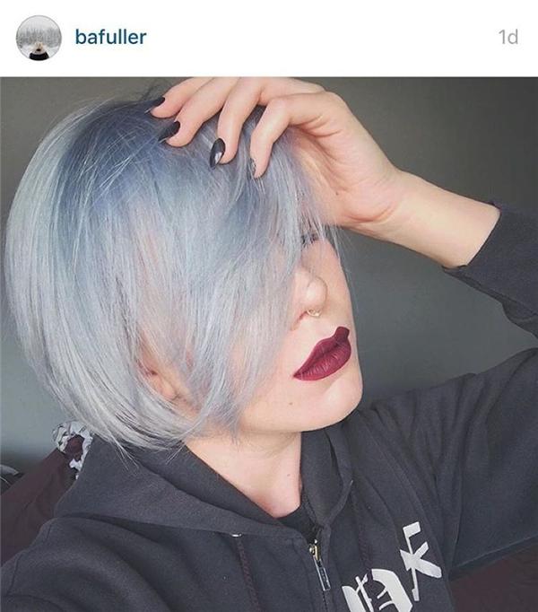Không như nhiều người chọn màu hồng thạch anh, cô gái này quyết định nhuộm tóc xanh da trời đi kèm màu son đậm phong cách. (Ảnh: Internet)