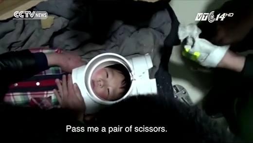 Giải cứu cậu bé bị kẹt đầu trong ống nước một cách ngoạn mục
