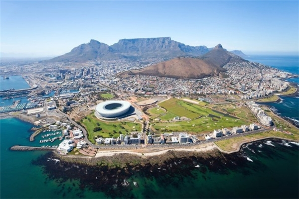 5. Cape Town, Nam Phi: Thành phố biển xinh đẹp này đang ngày càng thu hút được nhiều du khách từ khắp nơi trên thế giới. Cape Town từng được nhiều tạp chí lừng danh như New York Times hay Telegraph bình chọn là điểm đến tuyệt nhất thế giới. Chi phí trung bình cho một ngày ở thành phố này là 93,30 USD.