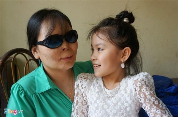 Cô Lê Thị Ánh Dương hạnh phúc bên con gái nhỏ. Ảnh: Nguyễn Dương.