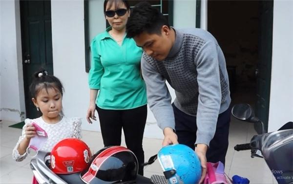 Anh Cường đón vợ con trở về tổ ấm sau buổi làm việc. Ảnh: Nguyễn Dương.