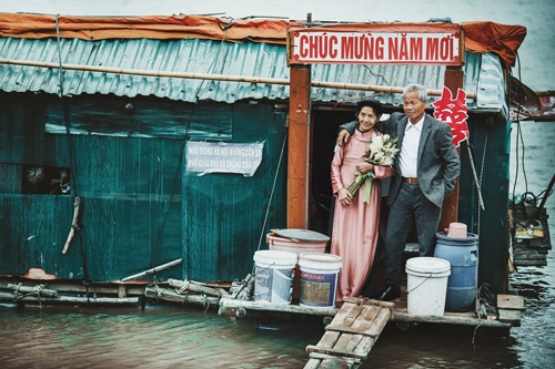 """Bộ ảnh cưới Ông lão """"Nhặt vợ từ bãi rác"""" gây xúc động"""