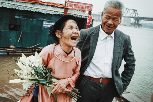 Đến nay khi tuổi đã xế chiều, ông bà chỉ thích có người đến thăm cho đỡ buồn và cũng chưa một lần dám mơ đến đám cưới.