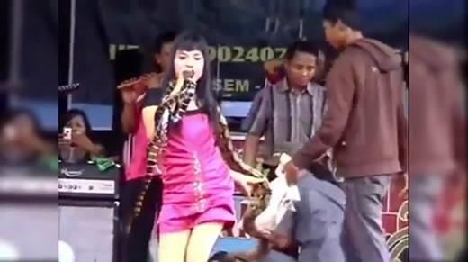 Bị rắn cắn, nữ ca sĩ vẫn cố hát 45 phút trước khi chết