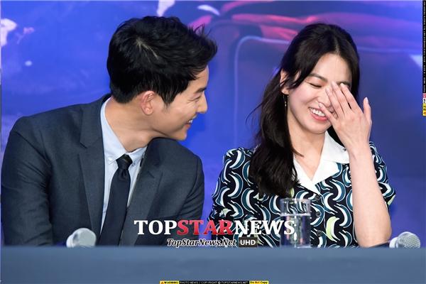 Cả hai vô tư cười đùa tại buổi họp báo trước khi phim lên sóng.