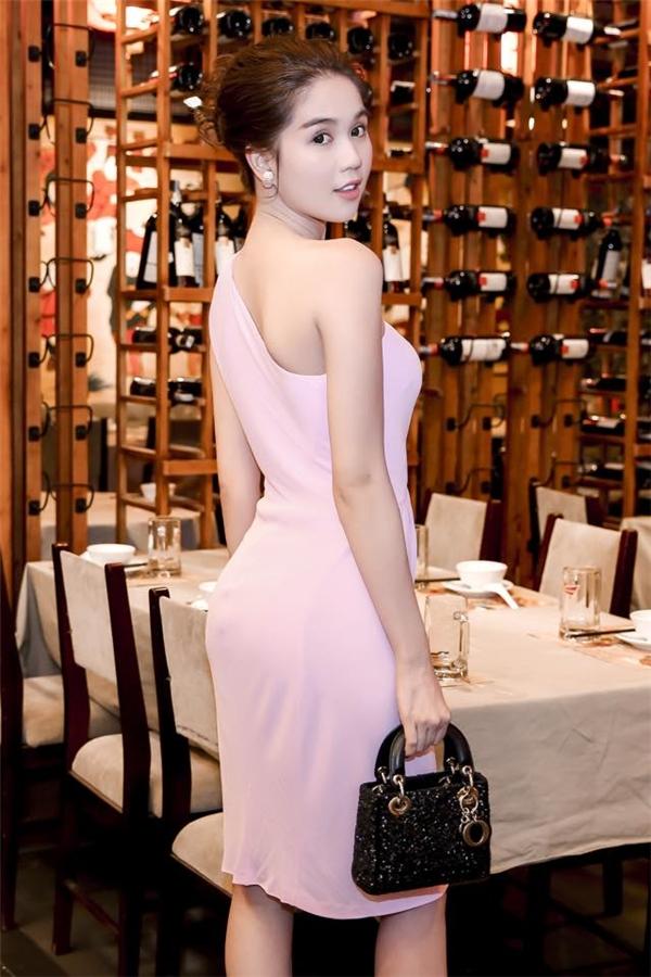 Nữ người mẫu cũng chính là một trong những mĩ nhân đầu tiên lăng xê sắc hồng thạch anh ngọt ngào - xu hướng chủ đạo của mùa thời trang Xuân - Hè 2016. Chất liệu mềm mại của thiết kế càng tôn lên sắc vóc của người đẹp đất Trà Vinh.