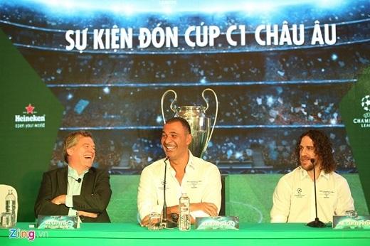 Gullit và Puyol trong buổi giao lưu với phóng viên. (Ảnh: Hải An)