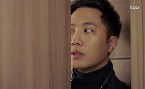 Dae Young canh cửa cho Shi Jin.