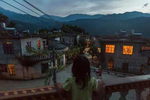 Mẹ của bé Yuan, 7 tuổi, sinh con năm 17 tuổi. Khác với độ tuổi kết hôn khá sớm tại các làng quê, phóng viên Muyi Xiao nói rằng tại trường trung học của cô ở thành phố Vũ Hán, giáo viên thường trách phạt học sinh nữ có bạn trai khi còn đi học.
