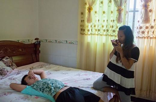 Mei, 16 tuổi, kết hôn với Jian, 17 tuổi. Sau khoảng một năm kết hôn, bà bầu 9 tháng đang chờ đợi đứa con đầu lòng. Hai vợ chồng sống ở làng Wenge, huyện Mãnh Lạp.