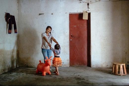 Hua đang chơi cùng cô con gái hai tuổi trong căn nhà nhỏ ở làng Quảng Đông. Ở tuổi 18, Hua còn có một cậu con trai 1 tuổi.