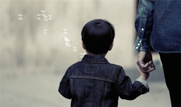 Dạy cho trẻ biết không nên đi theo người lạ, dù người đó có dùng cách gì để dụ dỗ.(Ảnh: Internet)