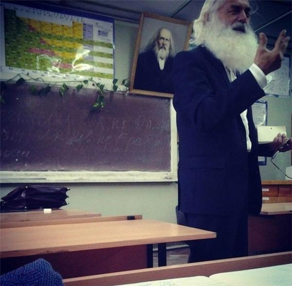 Thật là vinh dự khi được giảng dạy bởi một thầy giáo trông giống như Mendeleyev!