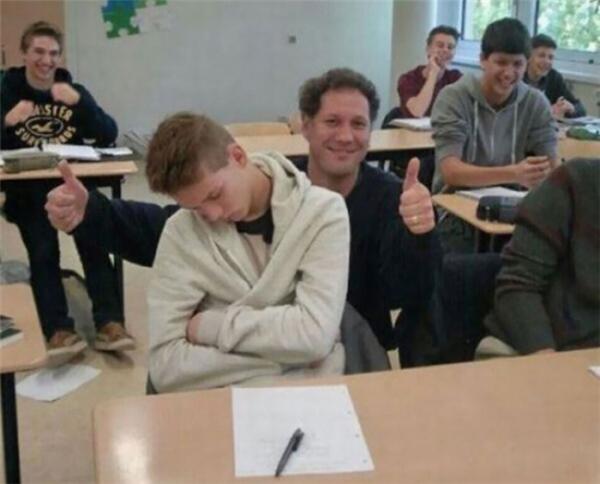 Thầy giáo không đánh thức cũng như không mắng cậu ấy, mà còn làm cả lớp trở nên vui vẻ!