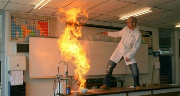 Do hướng dẫn quá nhiệt tình mà lớp hóa học có vẻ hơi mất kiểm soát tại thời điểm này...