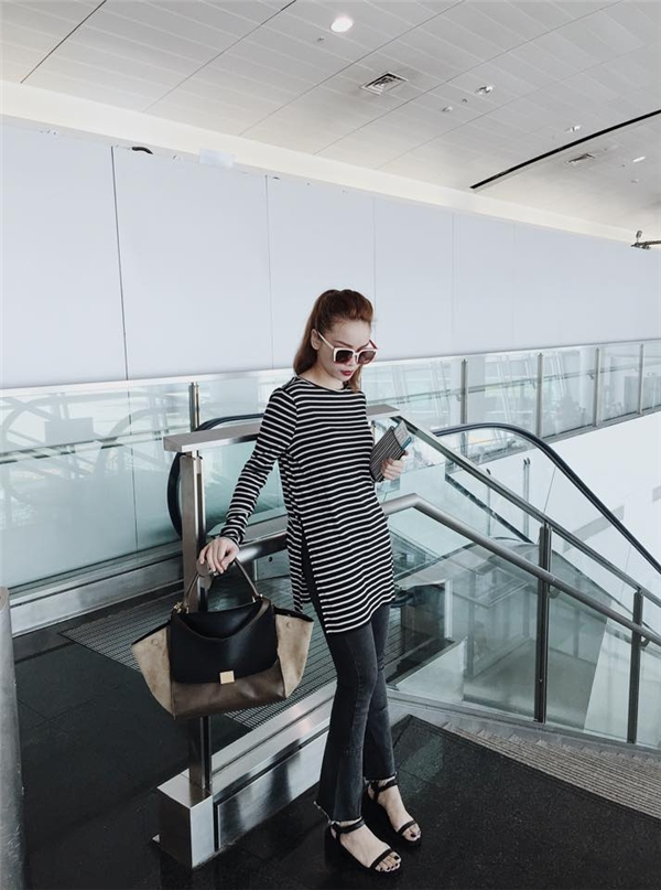 Phong cách monochrome luôn được Yến Trang lăng xê tích cực trong khoảng thời gian gần đây. Diện quần jeans cùng áo phông đơn giản, nữ ca sĩ vẫn nổi bật và thu hút nhờ những đường cắt hay phom áo rộng bất đối xứng lạ mắt.