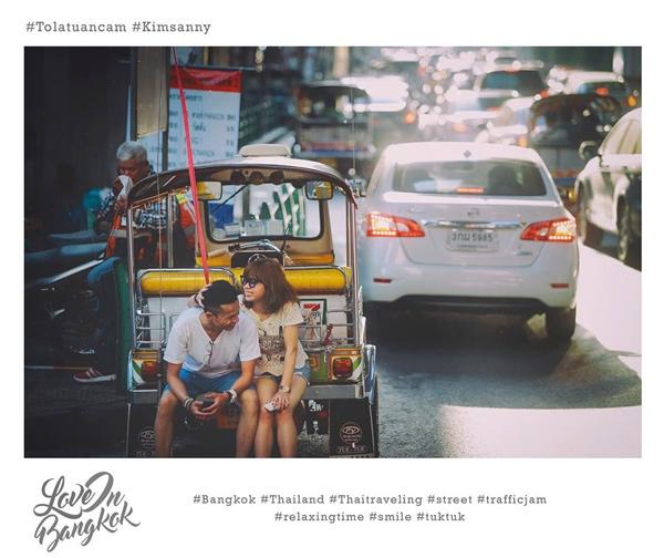 Nhiếp ảnh gia thực hiện bộ ảnh này cũng tiết lộ anh đã ghi nhanh những khoảnh khắc tự nhiên, gần gũi nhất của cặp đôi bằng tất cả những gì mình có trên tay: máy ảnh, điện thoại iphone, điện thoại samsung.