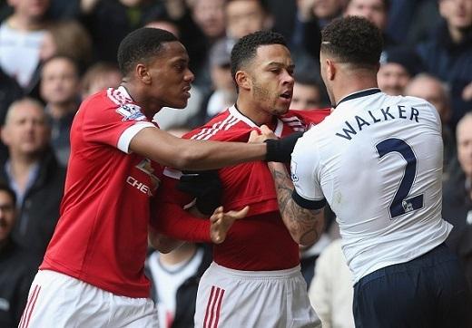Hai cầu thủ Depay (MU) và Walker (Tottenham) túm cổ áo nhau ở cuối hiệp 2 của trận đấu diễn ra trên sân White Hart Lane. (Ảnh: Getty Images)