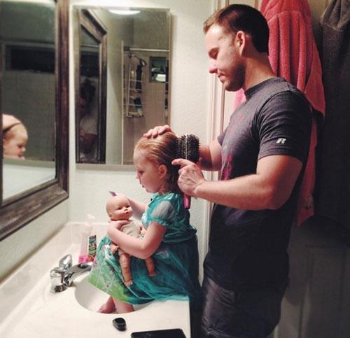 Hình ảnh bố chảy tóc cho con gái khiến cho nhiều người không khỏi xao lòng, xúc động. (Ảnh: Internet)