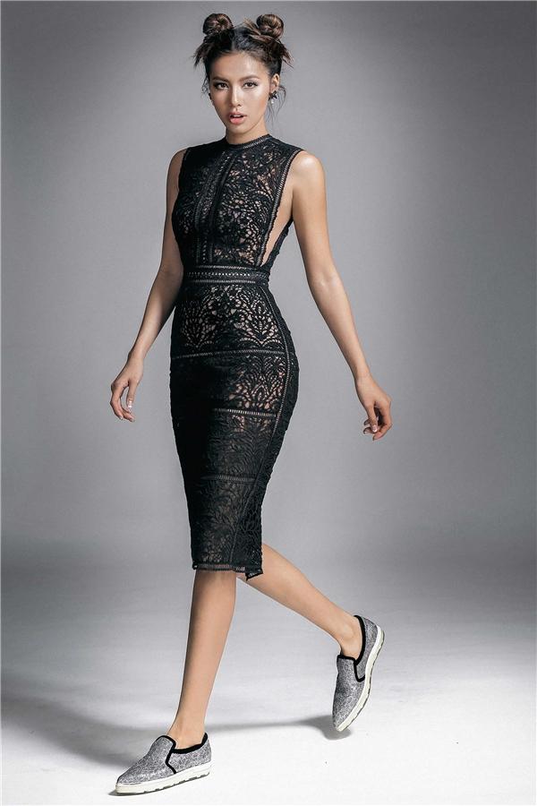 Nữ người mẫu mang đến một luồng gió mới khi kết hợp váy ren điệu đà cùng tóc búi, giày thể thao năng động, trẻ trung. Giữa trang phục và tạo hình của Minh Tú tao nên sự tương phản khá thú vị.