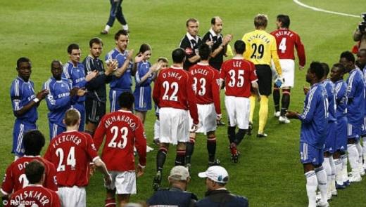Trên sân nhà Stamford Bridge,Chelsea từng phải xếp hàng chào đón tân vương MU ở cuối mùa giải Ngoại hạng Anh2006/07. (Ảnh: Internet)