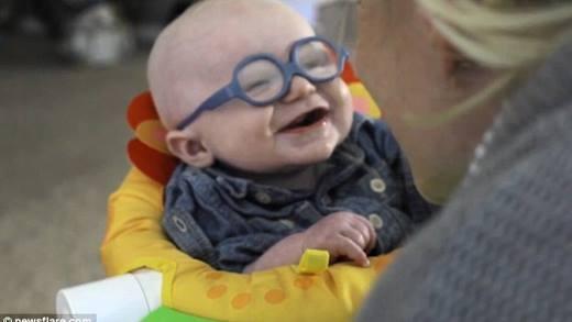Triệu người xúc động với video cậu bé mỉm cười khi lần đầu thấy mẹ