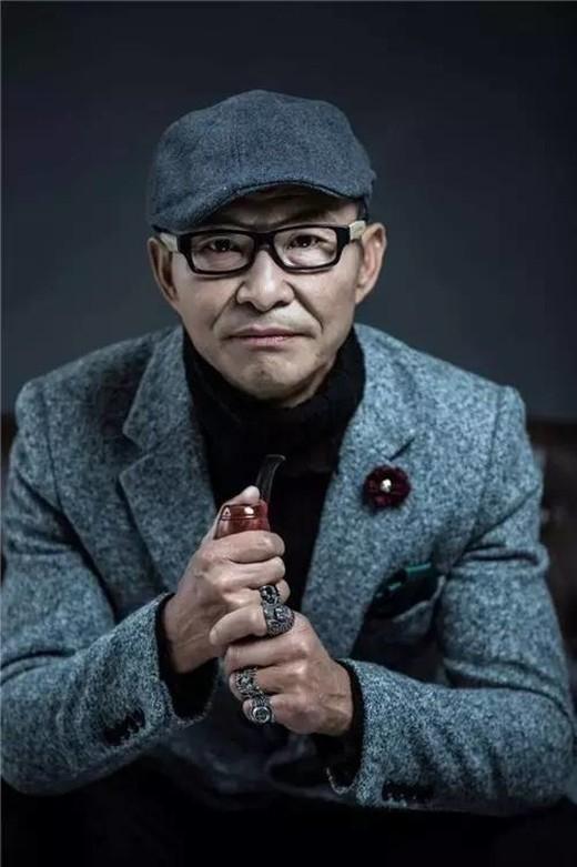 """Ông Lương trong bộ trang phục sang trọng khiến thần thái của ông khác hẳn với những tấm ảnh khoe cơ bắp """"bụi bụi"""" khi nãy. (Ảnh: Internet)"""