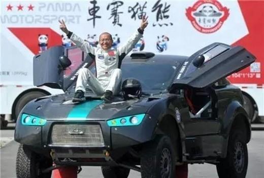 Ông Lương thích thú chụp hình với chiếc xe của mình. (Ảnh: Internet)
