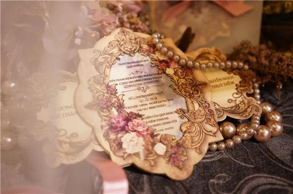 Thiệp cưới củaLương Thế Thành,Thuý Diễmđược thiết kế mô phỏng theo chiếc gương soi cổ điển với những đường nét chạm trổ kì công, tinh tế. 3 tông màu: hồng, vàng đồng, trắng được sử dụng làm chủ đạo trên tấm thiệp.