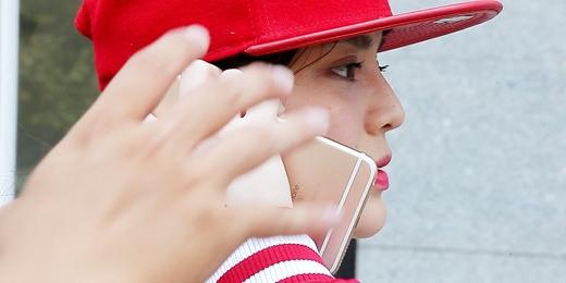 Nguy cơ bịcướp giật khi nghe điện thoại ngoài đường (Hình cắt từ clip)