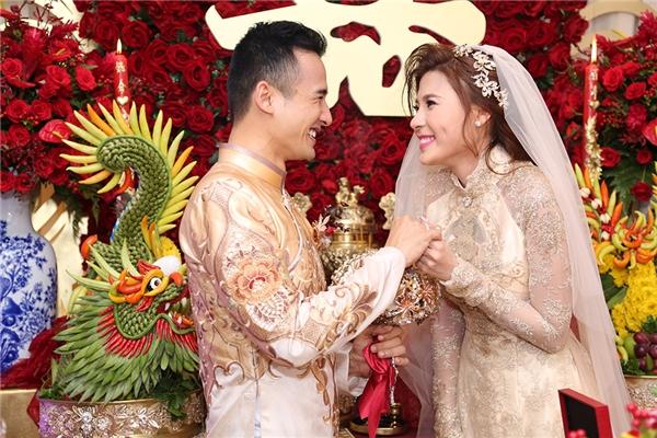 Cô dâu Thuý Diễm rạng rỡ trong tà áo dài truyền thống bên cạnh chú rể Lương Thế Thành. - Tin sao Viet - Tin tuc sao Viet - Scandal sao Viet - Tin tuc cua Sao - Tin cua Sao