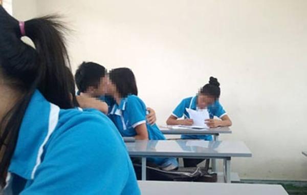 Đôi học sinh hôn nhau giữa giờ học.