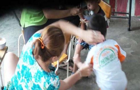 Những hình ảnh thắt lòng từ clip cô bảo mẫu trường mầm non Phương Anh bạo hành học sinh.(Ảnh: Cắt từ clip)