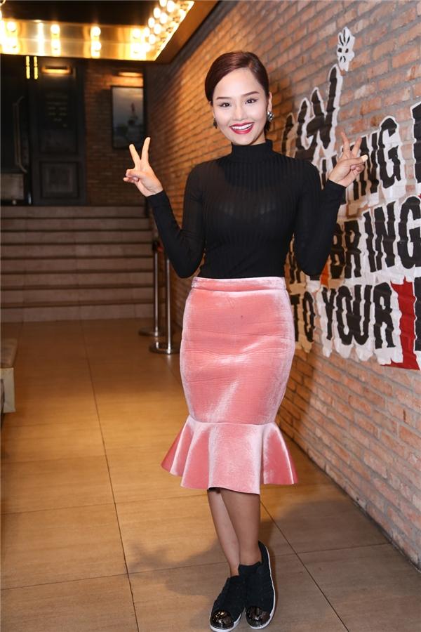 Xuất hiện tươi tắn, rạng rỡ trong buổi họp báo, Miu Lê gửi lời xin lỗi đến mọi người vì đã có mặt trễ hơn giờ hẹn do cô mới di chuyển từ Cần Thơ về.