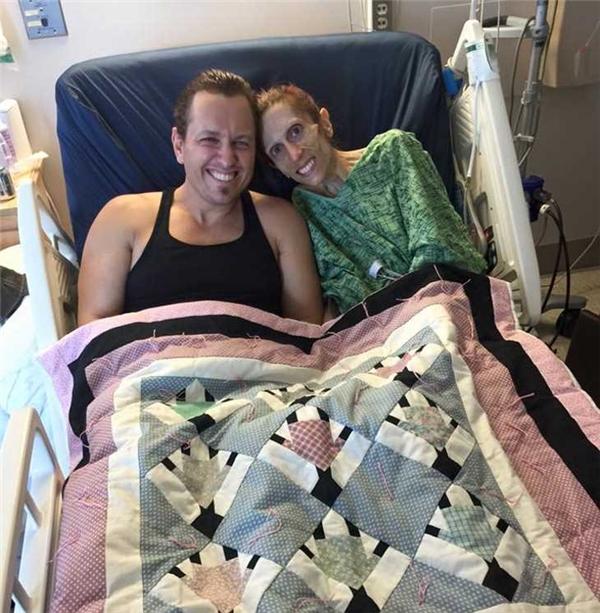 Dù qua bao gian nan vất vả nhưng Rod và Rachael vẫn tươi cười và hạnh phúc bên nhau. (Ảnh: Hành trình Bình phục của Rachael)