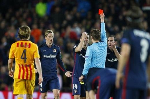 Chiếc thẻ đỏ của Torres đã thay đổi hầu như toàn bộ trận đấu. (Ảnh: Internet)