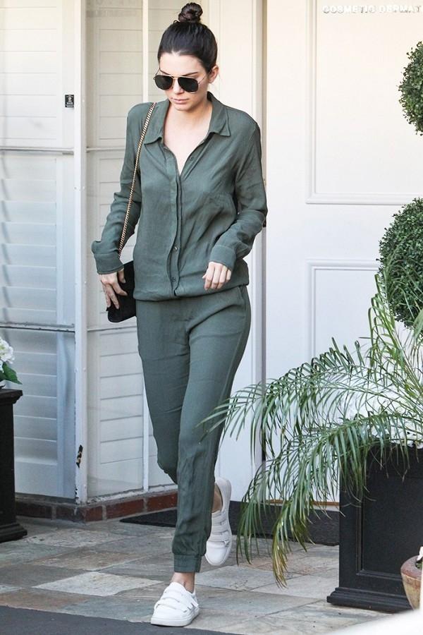 """Gần đây nhất, đôi sneaker nàyđược các tín đồ thời trang """"tăm tia"""" khi nữ người mẫu nổi tiếng Kendall Jenner diện nó với bộ jumsuit dài tay cùng chiếc túi đắt giá của thương hiệu nổi tiếng Saint Laurent."""