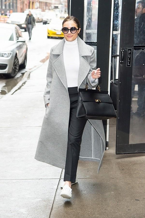 Thay vì chọn phong cách thể thao năng động thường thấy, Olivia Culpo đã tạo nên nét thanh lịch khi ứng dụng đôi slip-on với set đồ mang hơi hướng công sở. Đây cũng là một gợi ý thích hợp cho các nàng đam mê sự mới mẻ. Tuy nhiên đôi sneaker này khá đắt với giá 675 đô-la (khoảng 15 triệu đồng).