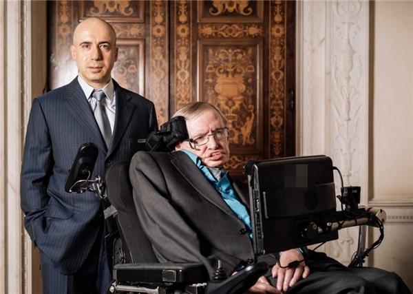 Tỉ phú người Nga Yuri Milner và thiên tài vật lí học Stephen Hawking. (Ảnh: Internet)