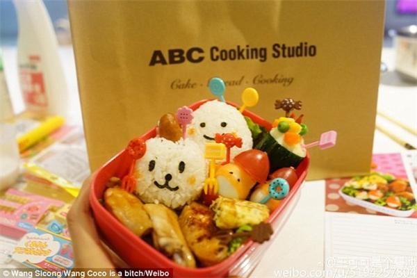 Anh Vương chỉ cho Coco ăn toàn cao lương mỹ vị, từ chân bò Uruguay cho đến sushi Nhật Bản. (Ảnh: Vương Tư Thông)