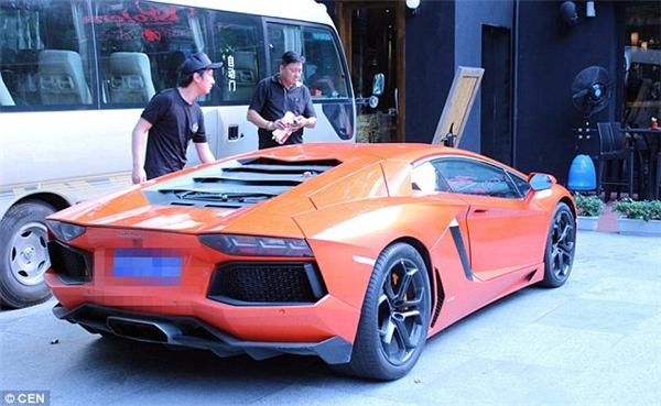 Anh Vương cùng chiếc Lamborghini của mình trên đường phố (Ảnh: Internet)