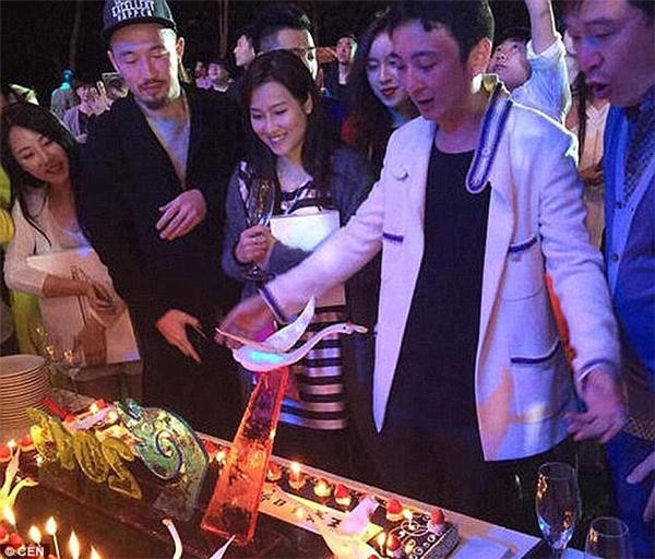 Vương Tư Thông tổ chức tiệc sinh nhật thứ 27 của mình tại đảo Hải Nam, Trung Quốc, và mời cả ban nhạc Hàn Quốc nổi tiếng T-ara đến trình diễn. (Ảnh: Internet)