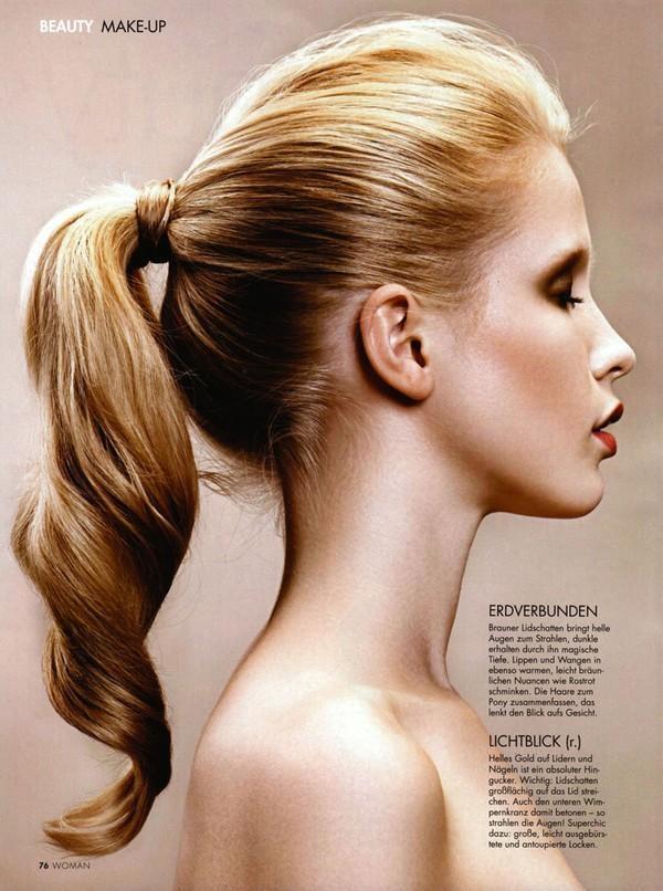Tóc đuôi ngựa được biết đến như một kiểu tóc thiên biến vạn hóa. Tùy từng hoàn cảnh cụ thể mà bạn có thế sáng tạo những cách cột khác nhau giúp bạn lúc nào cũng trông thật tươi trẻ, đầy sức sống trong thời tiết oi bức.