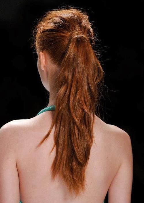 Với mái tóc đuôi ngựa đánh rối, bạn gáitrông thật trẻ trung, năng động.
