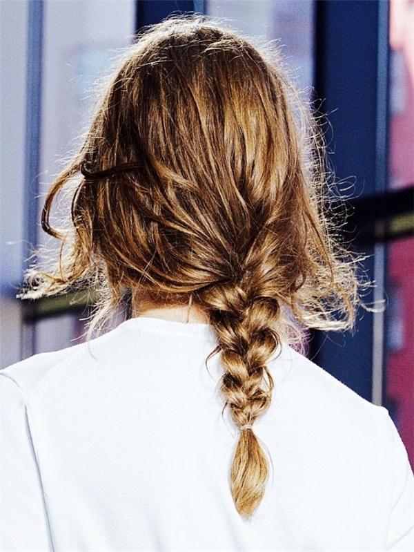 So với tóc tết ba truyền thống thì kiểu tết messy này có phần trẻ trung và năng động hơn.