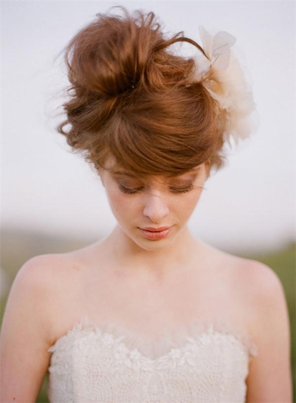 Đặc biệt,đối với những cô nàng tóc dài, tóc búi cao là giải pháp hiệu quả để tránh nóng. Tóc búi cũng có rất nhiều kiểu, với các bạn gái trẻ thì tóc cao là phù hợp nhất vì kiểu tóc thể hiện được sự năng động, trẻ trung trong bạn.Nếu thích làm mới kiểu tóc này bạn có thể đánh rối một chút hoặc thêm vài phụ kiện để nổi bật hơn.
